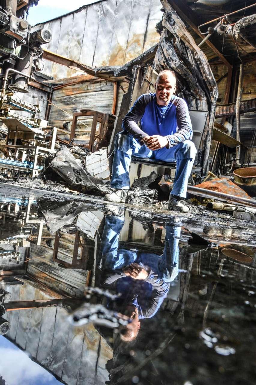 STS'er Patrick Winkel op de afgebrande productielocatie van Alldra