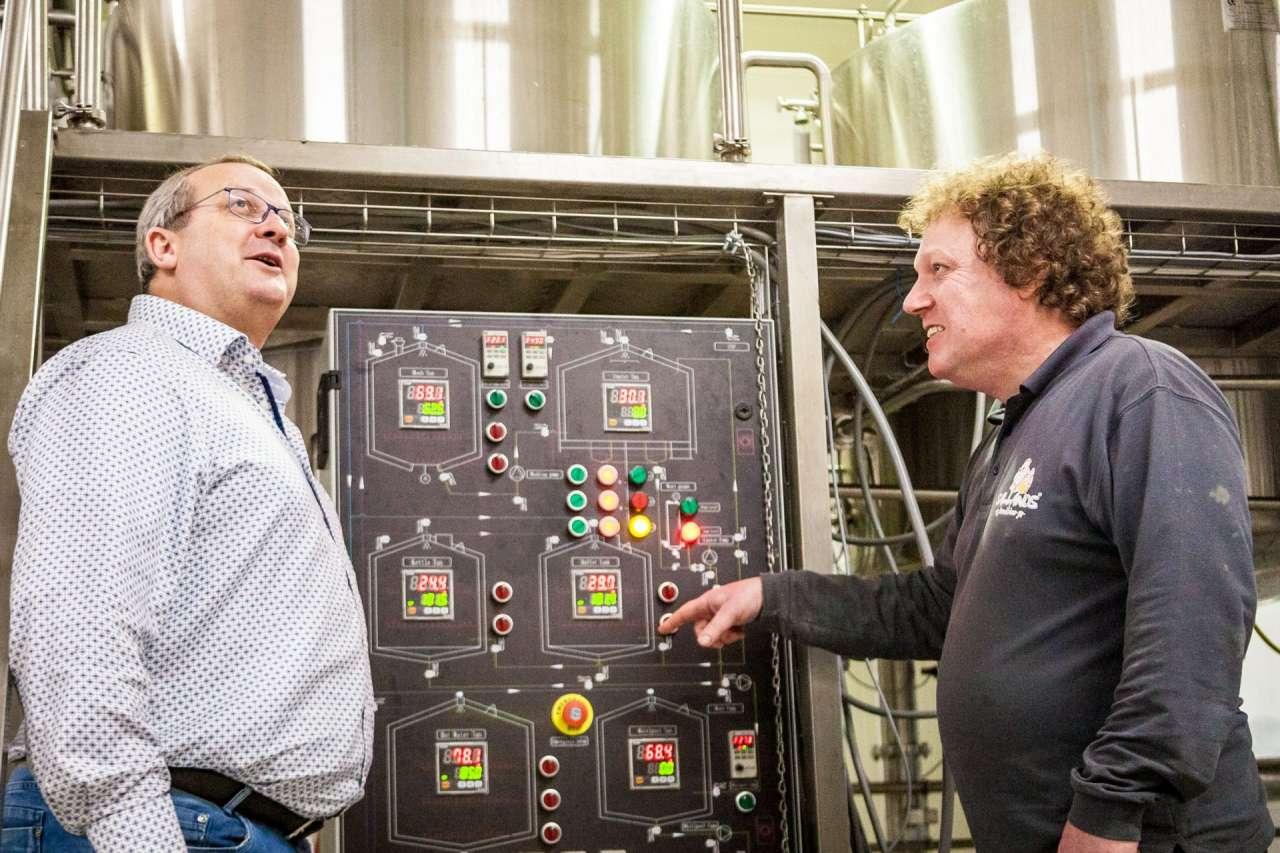 Bierliefhebbers en -ondernemers Johan en Ruud in het nieuwe brouwhuis