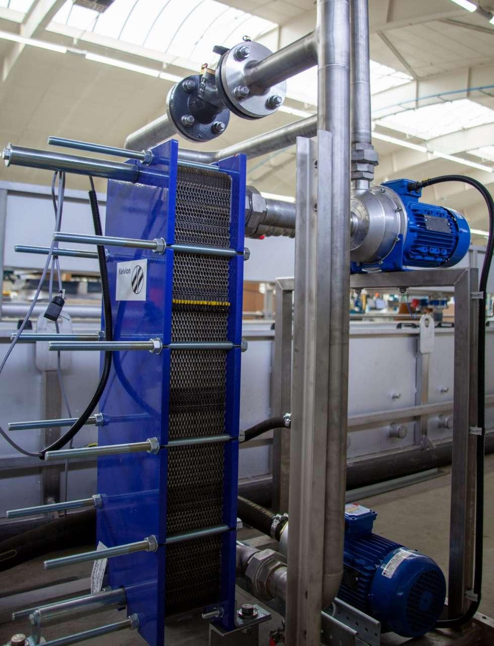 Warmtewisselaar met pompen en leidingwerk